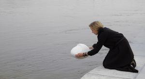 Joanna Jurga porusza w swojej pracy ważneproblemy społeczne oraz zagadnienia z zakresu designu spekulatywnego. Jako specjalistka projektowania dedykowanemu poczuciu bezpieczeństwa w przestrzeniwspółpracujez polskim habitatem Lunares - symulowan