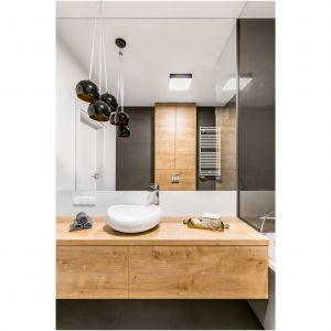 Aranżacja łazienki: eleganckie drewno. Fot. Decoroom