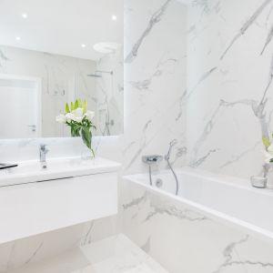 Aranżacja łazienki: Magia marmuru. Fot. Decoroom