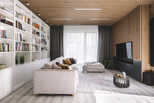 Mieszkanie znajduje się w zielonej, spokojnej dzielnicy Gdyni. W kameralnej zabudowie zaprojektowano wnętrze dla młodej, aktywnej zwolenniczki odważnych i nowoczesnych rozwiązań.