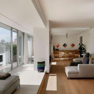 Apartament z lat 50-tych, który został całkowicie odnowiony przez uznanego architekta, Mattia Lorenzo Vittori. Fot.  Listone Giordano/Forestile