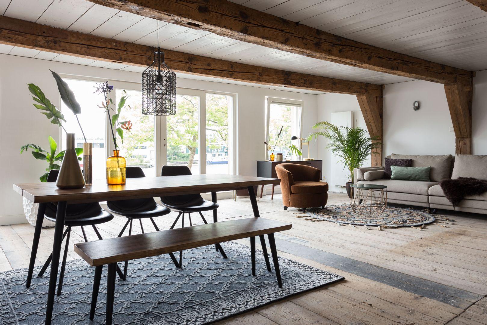 Fornirowany stół i ławka z kolekcji Alagon marki Dutchbone. Fot. Lepukka