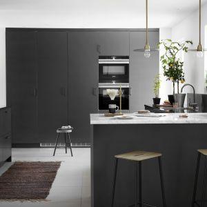 Szara kuchnia w nowoczesnym stylu vintage z drzwiami kuchennymi Bistro Peppargra. Fot. Ballingslov