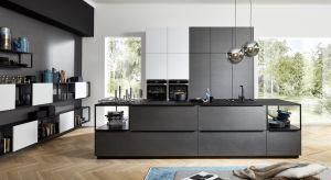 Kuchnia otwarta na salon to więcej możliwości aranżacyjnych. Stwarzają je nowoczesne materiały, które śmiało czerpią z natury oraz eleganckie wyposażenie, coraz częściej pełniące też rolę dekoracji.