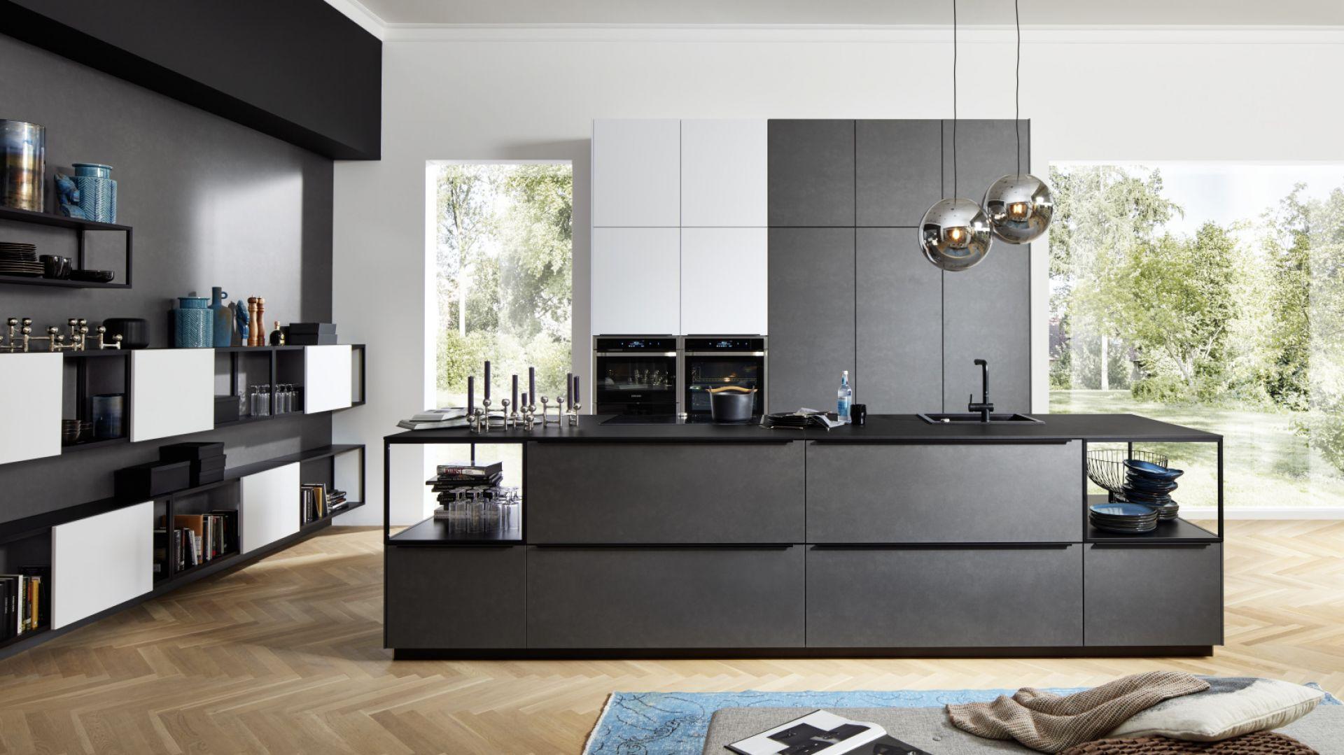 Meble kuchenne Ferro wyróżniają fronty w kolorze błękitnej stali pokryte warstwą specjalnego laminatu z opiłkami metalu. Fot. Nolte Küchen