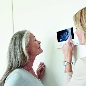 Wideodomofon ABB Welcome pozwala na komunikację nie tylko poprzez panel wewnętrzny, ale też zdalnie za pomocą telefonu podczas nieobecności mieszkańców. Fot. ABB