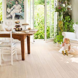 Podłoga drewniana Castello w kolorze dąb polarny matowy; lakierowana, matowa powierzchnia. Fot. Quick-Step