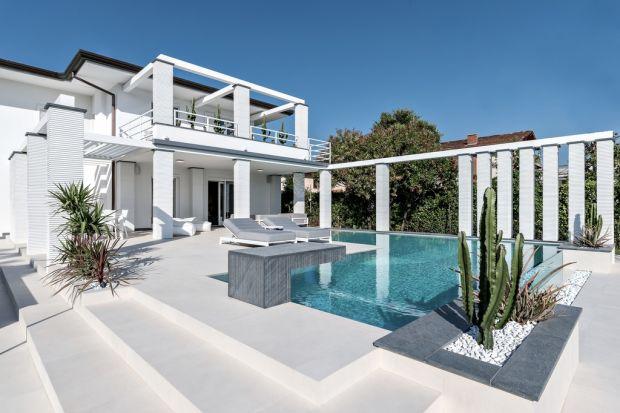 Niepowtarzalny, ekskluzywnego domu, w otoczeniu gajów oliwnych, romantycznych winorośli, lazurowych morskich fal i turkusowego nieba, zachwyca nie tylko kunsztem detalu, ale także niezwykłym wyczuciem włoskiego stylu. Po raz kolejny okazuje się, że