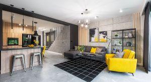 Rozpoczynając prace na projektem wnętrza dla młodego prawnika Michała, projektantka dostała wytyczne stworzenia loftowej przestrzeni w udomowionej wersji. Po rozmowie z klientem postawiła na czerń, szarość i biel z akcentami żółtego