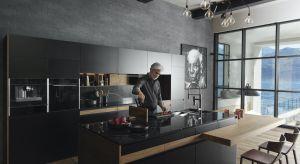 W kuchni połączonej z salonem codzienne przygotowywanie posiłków łączy się z odpoczynkiem i przyjmowaniem gości. Ta wspólna strefa jest starannie zaprojektowana i ma reprezentacyjny charakter. Ważną rolę pełnią w niej eleganckie i funkcjonal