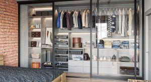 Nawet nie dysponując dużą ilością miejsca, możemy zmieścić sporo odzieży i dodatków, jeśli przestrzeń zostanie odpowiednio zorganizowana.
