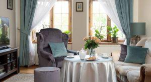 Salon, to często najważniejsze pomieszczenie w domu. Może on być miejscem, gdzie spędzamy czas na co dzień, bądź wystawnym wnętrzem, w którym będzie się skupiać życie towarzyskie. Bez względu funkcję warto zadbać o jego wyjątkową opraw�