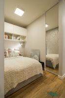 Sypialnia, wydzielona z salonu, otwarta na duża szafę - projekt GACKOWSKA DESIGN