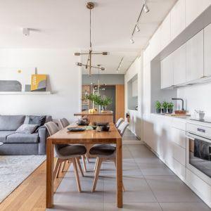 36-metrowe mieszkanie składa się z przedpokoju, salonu z aneksem kuchennym, łazienki i pokoju dziecięcego. Projekt: Magdalena i Tomasz Jakimyszyn (Soft Loft). Fot. Magda i Piotr Motrenko