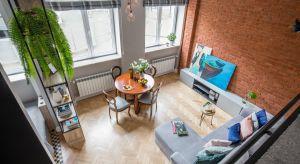 Mieszkania o małym metrażu są kameralne, mają swój urok, a dodatkowo są bardziej ekonomiczne. Niestety posiadacze niewielkiego lokum stoją przed dużym wyzwaniem – w jaki sposób urządzić wnętrze tak, by wydawało się większe?