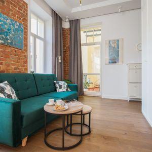 Mieszkanie w przedwojennej, zrewitalizowanej kamienicy na warszawskiej Pradze to unikalne, zaprojektowane przez architekta, studio z antresolą, łączące w sobie nowoczesną funkcjonalność i niezwykłą historię. Projekt: OSOM Group i Baransu. Fot. Paweł Martyniuk