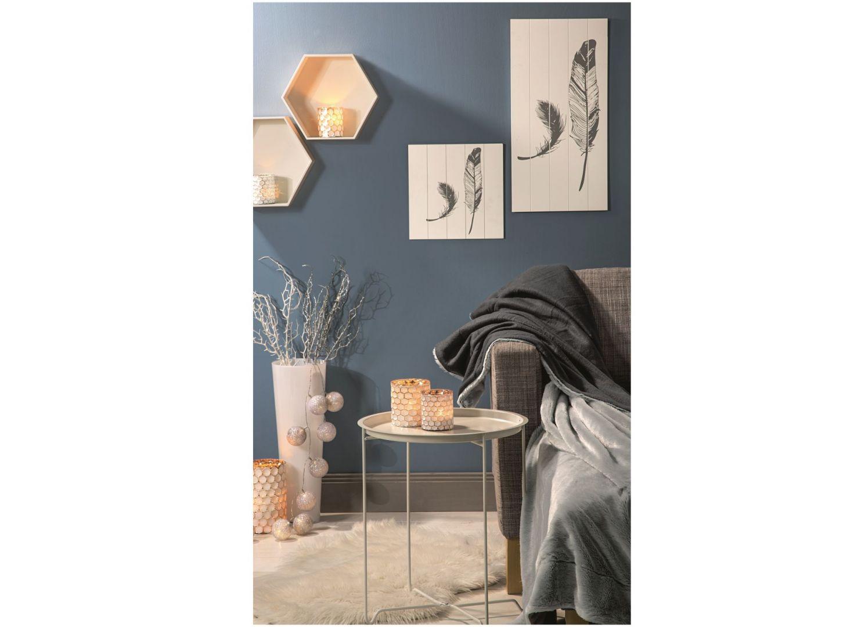 Światło, kolor, ciepło... wnętrza, które przepędzą jesienną chandrę. Na zdjęciu dekoracyjny stolik firmy Kik w cenie 59,99 zł, obrazy ścienne od 12,99 zł, szklane świeczniki od 8,99 zł. Fot. Kik