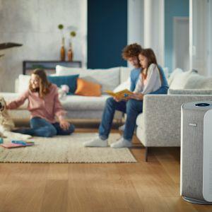 Oczyszczacz powietrza Philips AC3858. Dedykowana aplikacja mobilna umożliwia włączanie oczyszczacza, zbiera również dane dotyczące jakości powietrza na zewnątrz. Fot. Philips
