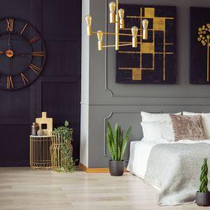 Połączenie czerni i bieli nadaje wnętrzu bardzo stylowy wygląd. Na-zdjęciu panele podłogowe Wiparquet Authentic 8 Narrow Dąb Alpejski. Fot. RuckZuck.