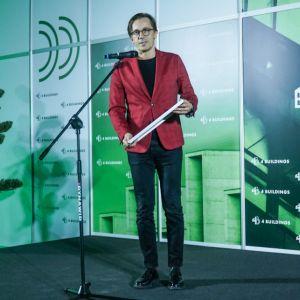 """Tomasz Konior, założyciel, właściciel i główny architekt w Konior Studio, odbiera nagrodę w kategorii """"Projekty – Budynek publiczny"""". Fot. PTWP/Michał Oleksy"""
