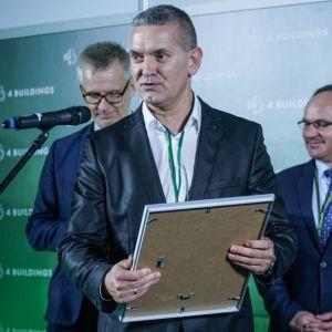 """Rafał Kociatkiewicz dziękuje za nagrodę w kategorii """"Projekty – Budynek komercyjny"""". Fot. PTWP/Michał Oleksy"""