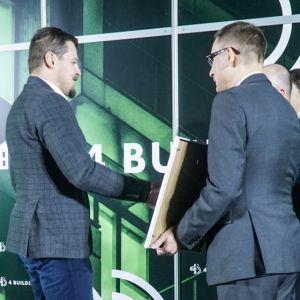 """Rafał Perz, szef marketingu w firmie REbuild 3DCP - druk 3D betonem odbiera nagrodę w kategorii """"Innowacje – start-up"""". Fot. PTWP/Michał Oleksy"""