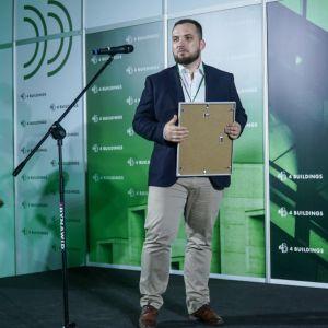 """Bartosz Bursa, dyrektor operacyjny spółki Saule odbiera nagrodę w kategorii """"Innowacje - OZE w budownictwie"""". Fot. PTWP/Michał Oleksy"""