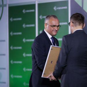 """Mirosław Czarnik, prezes GPP Business Park odbiera nagrodę w kategorii """"Ludzie – inwestor"""". Fot. PTWP/Michał Oleksy"""
