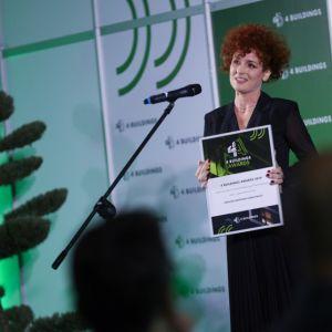 """Ewelina Woźniak-Szpakiewicz, prezes spółki DMD Modular, odbiera nagrodę w kategorii """"Ludzie – firma technologiczna"""". Fot. PTWP/Michał Oleksy"""