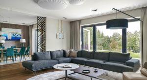 Zjawiskowy dom nad jeziorem zachwyca maksymalnie dopracowanymi detalami, specjalnie zaprojektowanymi i wykonanymi przez lokalnych rzemieślników meblami oraz elementami sztuki.