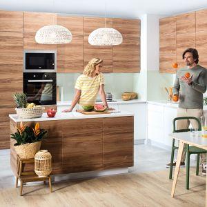 Meble modułowe  Cooke&Lewis Foresta to modne połączenie bieli z drewnem, które kryje wiele praktycznych rozwiązań. Fot. Castorama