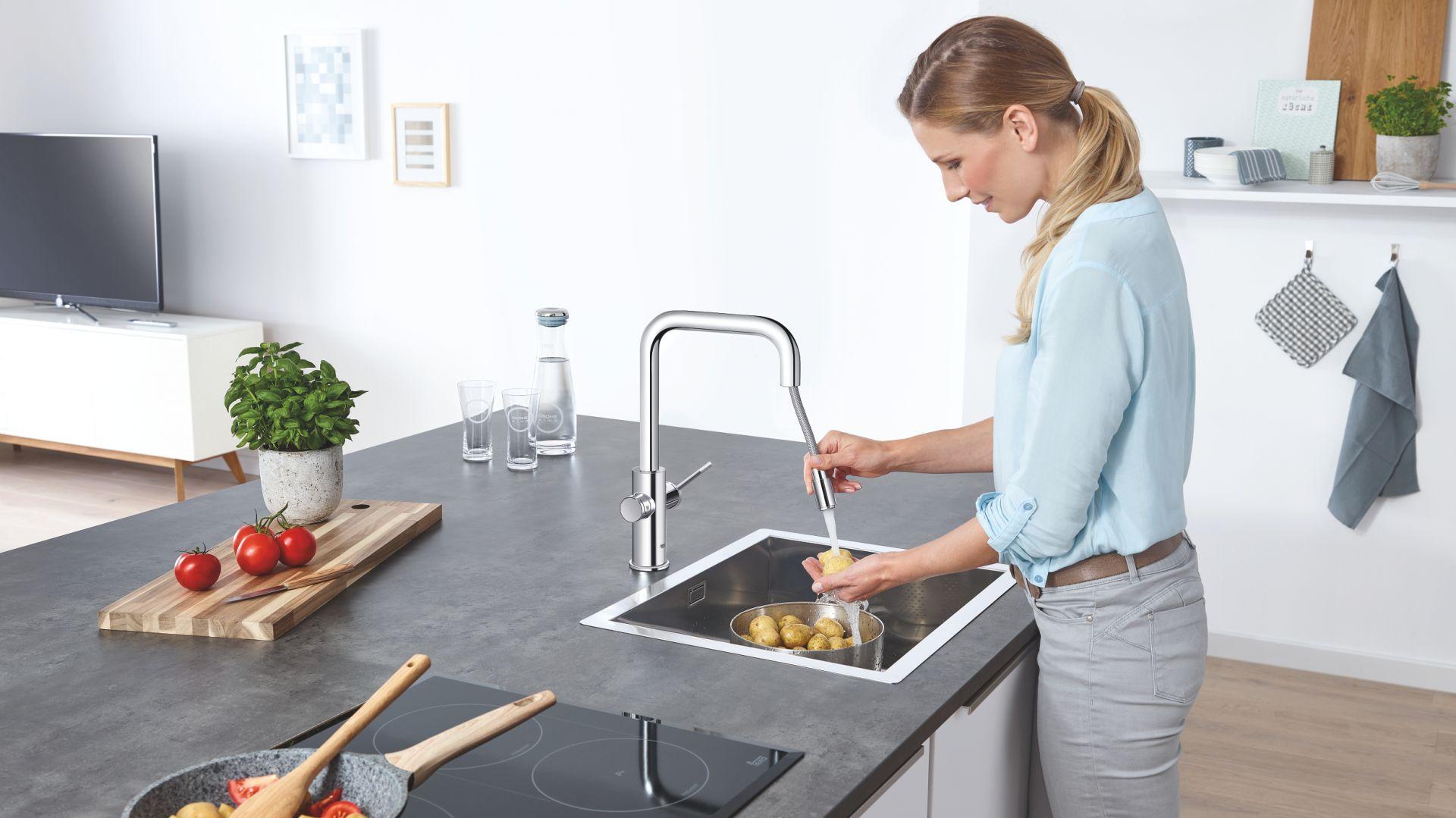 System kuchenny Blue Home Pull-out Connected może być sterowany poprzez aplikację w smartfonie. Dostarcza smacznej i przefiltrowanej wody niegazowanej, lekko gazowanej i gazowanej. Fot.  Grohe