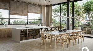W domach, które projektujemy, naturalne drewno, takie jak orzech amerykański czy dąb, nawiązuje do naszej organicznej potrzeby kontaktu z naturą. Zarówno subtelne akcenty, jak i większe przestrzenie z udziałem tego surowca tworzą kontrast dla syn