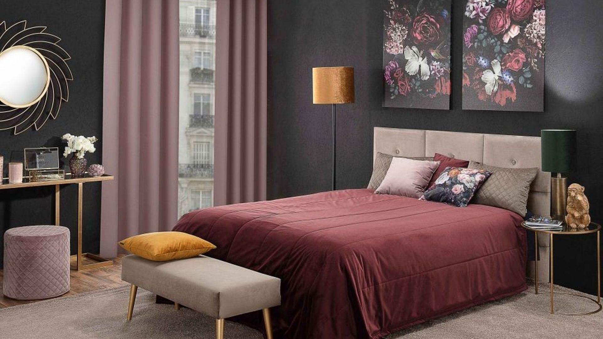 W jesiennej aranżacji sypialni zostały wykorzystane: narzuta pikowana w pasy Velvet, zasłona na kółkach Velvet, obraz na płótnie Flowers I, dywan Deluxe Brown. Fot. Dekoria
