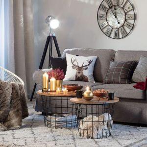 W jesiennej aranżacji salonu zostały wykorzystane: pokrowiec na sofę Ektorp 2-osobową, nierozkładaną, poszewka Kinga na poduszkę, stolik Loft look. Fot. Dekoria