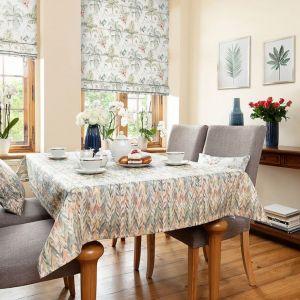 W jesiennej aranżacji jadalni zostały wykorzystane: roleta rzymska Capri Tropical Island, lampa stołowa Narvik Grey, obrus prostokątny Tropical Island. Fot. Dekoria
