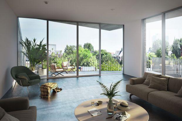 Okna zajmujące powierzchnię całej ściany wizualnie znoszą bariery między domem, a jego otoczeniem. Dzięki temu wnętrza otwierają się na otaczające budynki ogrody czy lasy, a też efektownie integrują z miejskim krajobrazem.