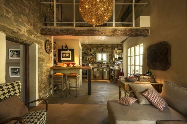W niewielkiej wiosce Seccheto, położonej na zachodnim wybrzeżu wyspy Elba, stoi uroczy dom Casa Melagrana. Przestrzeń zdominowaną przez ciepłe odcienie ochry i bursztynu, podkreśla piękne oświetlenie, będące ukłonem dla żmudnej pracy włoskic