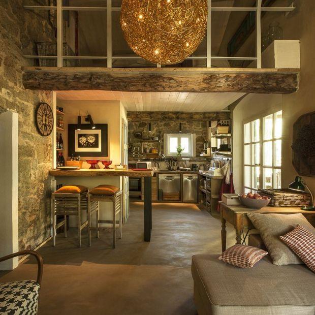 Uroczy dom: piękne wnętrze podkreślone światłem