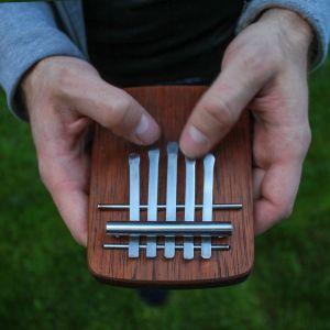Mbira to instrument muzyczny należący do grupy idiofonów szarpanych. W swojej tradycji wywodzi się z ludu Szona z Zimbabwe. Jan Pfeifer zaprojektował instrument w jego europejskiej wersji i skali. Użyte materiały to: drewno marbau oraz stalowe blaszki.
