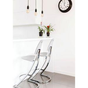 Białe ściany to doskonałe tło do wszelkich aranżacji. Fot. makehome.pl