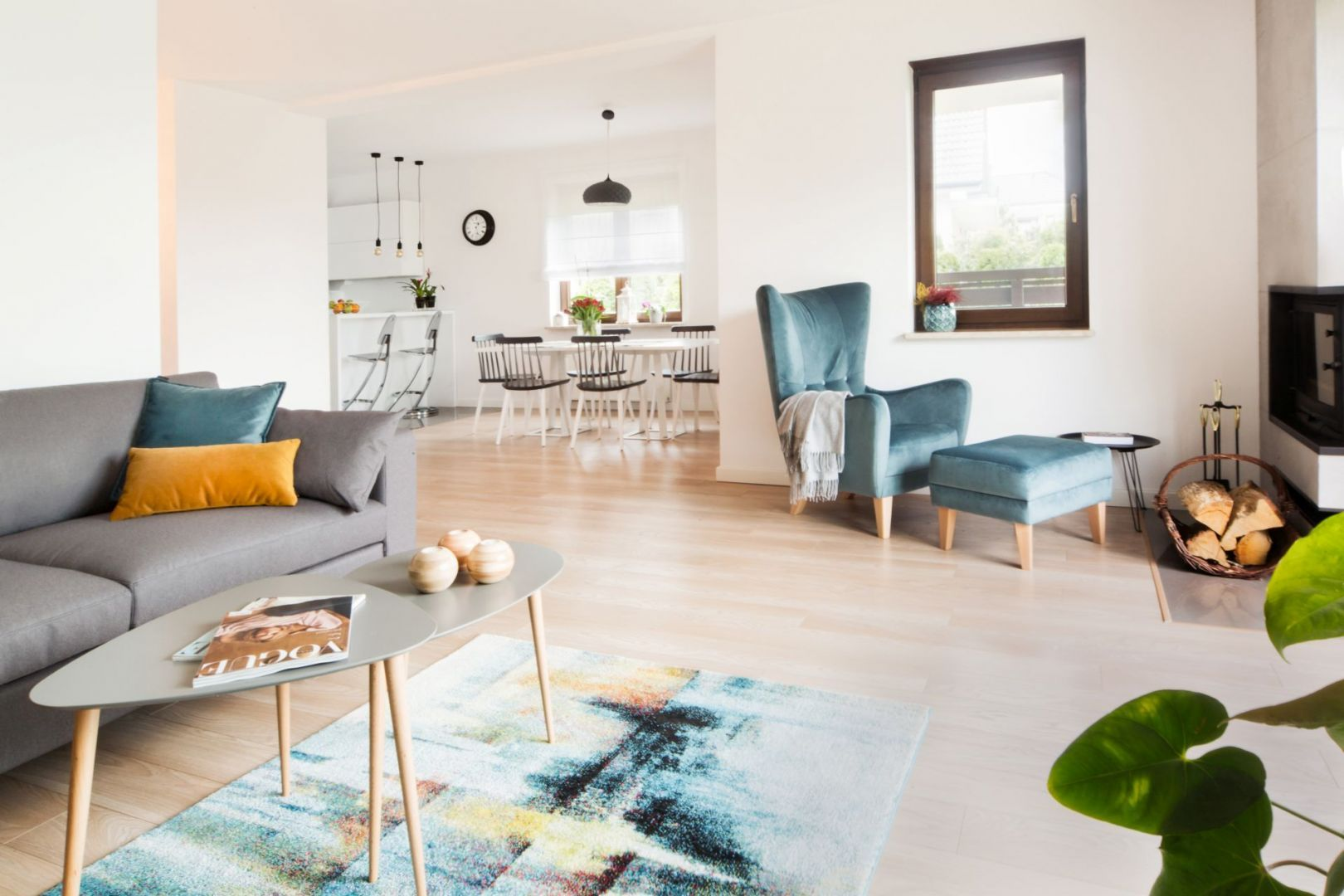 Kilka wyjątkowych mebli zamieniło przestrzeń dzienną 150-metrowego domu w przytulne i pełne ciepła miejsce, do którego chce się wracać. Fot. makehome.pl