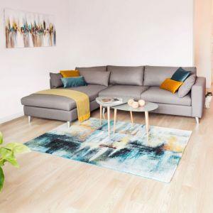Domownikom zależało na dużej kanapie, dekoratorka postawiła więc na wygodny i funkcjonalny narożnik, w neutralnym, szarym kolorze. Fot. makehome.pl