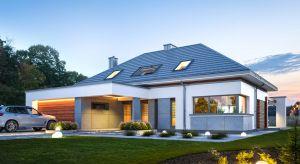 Hiacynt to projekt dużego parterowego domu z poddaszem użytkowym, zwieńczonego wielospadowym dachem, przeznaczonego dla 4-6-osobowej rodziny. Architektura domu jest nowoczesna i łączy w sobie tradycyjną bryłę ze spadzistym dachem z atrakcyjnym det