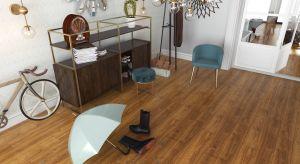 W pomieszczeniach, takich jak salon otwarty na ogród, korytarz ze schodami, kuchnia czy przedpokój, łatwo o zabrudzenia.