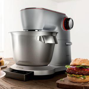 Wielofunkcyjny robot kuchenny OptiMUM ma wbudowaną wagę z wyświetlaczem i funkcją tarowania. Fot. Bosch