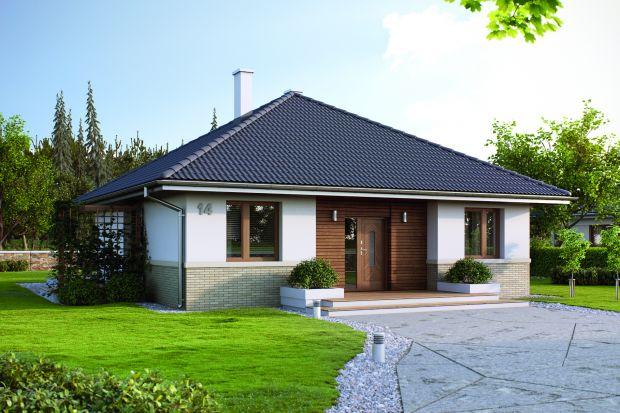 Niewielki dom z kopertowym dachem. Dom z przestronną częścią dzienną