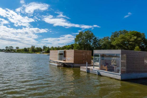 Życie nad wodą wcale nie jest skomplikowane i nie wymaga wyrzeczeń. W domach-łodziach może być nawet luksusowe i komfortowe.