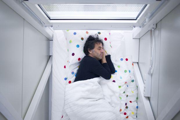 O fenomenie mieszkań w wersji mini, ludziach, którzy je wybierają i dobrych stronach mieszkaniówki PRL rozmawiamy z architektem Jakubem Szczęsnym, specjalistą w dziedzinie małych przestrzeni i projektantem Domu Kereta, jednej z najbardziej oryginal