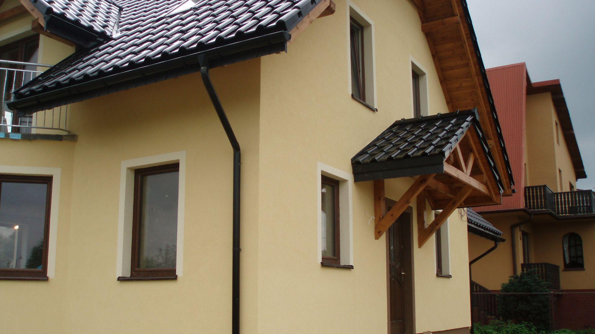 Elewacje domu wykończone jasnożółtym tynkiem silikonowym. Tynk ten posiada dużą odporność na zanieczyszczenia i zdolność do samooczyszczenia podczas deszczu. Fot. Weber